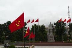 Stadsvierkant met monument en communistische vlaggen Stock Afbeeldingen