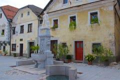Stadsvierkant in middeleeuwse oude stad van Radovljica in Slovenië Stock Afbeeldingen