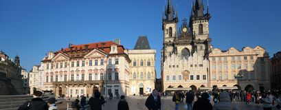 Stadsvierkant in Praag, Tsjechische Republiek, met de Kerk van Onze Dame vóór Tyn Stock Foto's