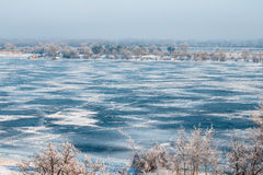 Stadsvinter, den djupfrysta floden och den blåa isen Royaltyfri Bild
