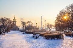 Stadsvinterlandskap Vinter St Petersburg Frostig dag på floden Neva Vinter Ryssland Arkivfoton