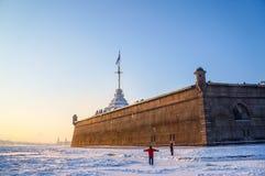 Stadsvinterlandskap Vinter St Petersburg Frostig dag på floden Neva Vinter Ryssland Royaltyfria Bilder
