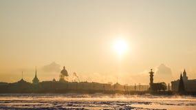 Stadsvinterlandskap Vinter St Petersburg Frostig dag på floden Neva Vinter Ryssland Royaltyfri Foto