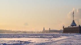 Stadsvinterlandskap Vinter St Petersburg Frostig dag på floden Neva Vinter Ryssland Royaltyfri Fotografi
