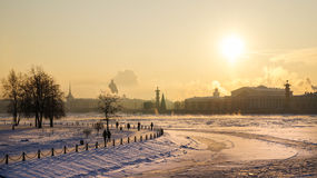 Stadsvinterlandskap Vinter St Petersburg Frostig dag på floden Neva Vinter Ryssland Arkivfoto