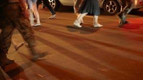 Stadsweg die, nacht, kinderen, militairen, fiets, oude oude, lopende mensen kruisen stock video