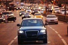 Stadsweg met voertuigen royalty-vrije stock afbeelding