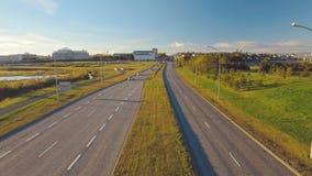 Stadsweg in Reykjavik, mening van brug in zonnige de herfstdag, autoverkeer stock footage