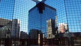 Stadswolkenkrabber met spiegel die op vensters op een blauwe hemeldag wijzen royalty-vrije stock afbeelding