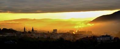 Stadszonsopgang over berg stock afbeeldingen