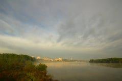 Stadt über dem Fluss Lizenzfreie Stockfotos