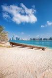 Stadt Abu Dhabi mit hölzernen Booten in Vereinigte Arabische Emirate Lizenzfreies Stockbild