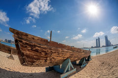 Stadt Abu Dhabi mit hölzernen Booten in Vereinigte Arabische Emirate Stockbild