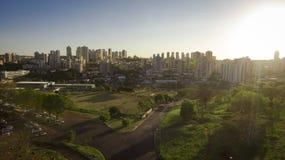 Stadt - Allee und Gebäude in Stadt Ribeirao Preto - Sao Paulo - Brasilien Stockbild