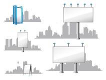 Stadt-Anschlagtafeln und Skyline Lizenzfreies Stockbild