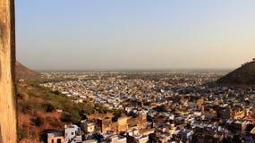 Stadt-Ansicht und Hügel lizenzfreies stockfoto