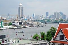 Stadt-Ansicht von Bangkok vom Chao Phraya Fluss Lizenzfreies Stockfoto