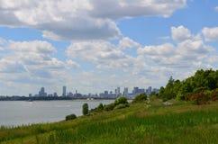Stadt-Ansichten von Boston von den Hafen-Inseln stockbilder