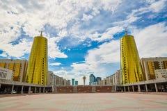 Stadt Astana, Kasachstan - Baiterek, die goldenen Türme stockbild