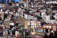 Stadt auf dem Abhang Stockfoto