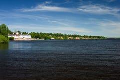 Stadt auf dem Flussufer Lizenzfreies Stockfoto