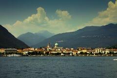 Stadt auf dem See lizenzfreie stockbilder