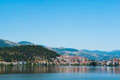 Stadt auf dem See, Berge, orange Dachspitzen stockfotografie