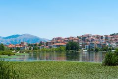 Stadt auf dem See, Berge, orange Dachspitzen stockfotos