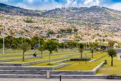 Stadt auf den Bergen und den Hügeln, Hafen in Funchal, Madeira-Insel in Portugal Stockfoto