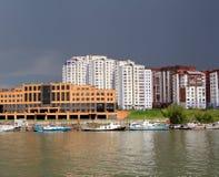 Stadt auf den Flussbooten eines mehrstöckigen errichtenden modernen StadtFlussschiffahrt der Flussschiffe, die Werft Jachthafen-P lizenzfreies stockbild