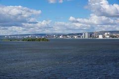 Stadt auf der Bank des Flusses Lizenzfreie Stockbilder