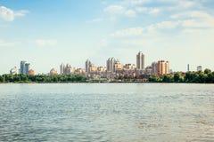 Stadt auf der Flussansicht Stockfotos