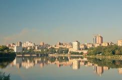 Stadt auf Fluss Lizenzfreie Stockfotos