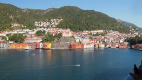 Stadt auf Küste des Seegolfs Bergen, Norwegen stock video footage