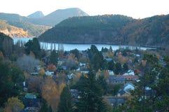 Stadt auf Seeufer Stockfoto
