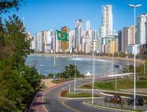 Stadt Balneario Camboriu und brasilianische Flagge - Balneario Camboriu, Santa Catarina, Brasilien stockfotos