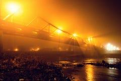 Stadt bedeckt in der nebelhaften Nacht des Nebels Stockfotos