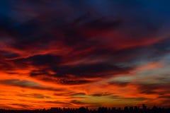 Stadt bei brennendem Sonnenuntergang Stockfoto