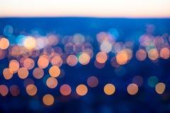 Stadt beleuchtet großes abstraktes Kreis-bokeh auf blauem Hintergrund Stockfotos