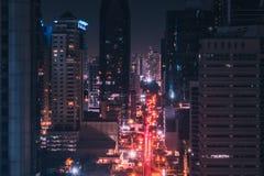 Stadt beleuchtet nachts - moderne Stadtverkehrsantenne stockbild