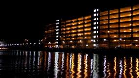 Stadt beleuchtet Reflexionen auf dem Wasser stock footage
