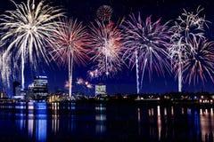 Stadt beleuchtet Skyline mit Feuerwerken Stockbild