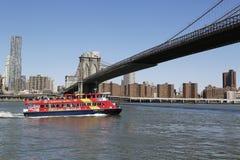 Stadt-Besichtigungsboot unter Brooklyn-Brücke Lizenzfreie Stockbilder