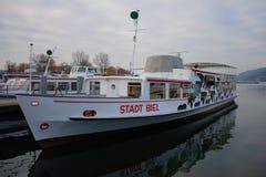 Stadt Biel jeden łodzie na jeziorze Biel Bielersee Schiffffahrts Gesellschaft podczas zimy przerwy fotografia stock