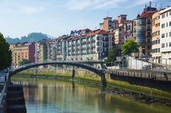 Stadt Bilbaos, Spanien im Stadtzentrum gelegen mit einem Nevions-Fluss Stockbild