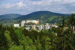 Stadt in den Bergen lizenzfreies stockbild