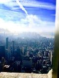 Stadt in den Wolken lizenzfreie stockfotografie
