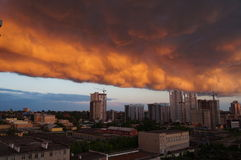 Stadt in den Wolken vor dem Regen Lizenzfreies Stockbild