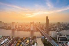 Stadt der Bangkok-Skylinevogelperspektive mit Fluss und Sonnenunterganghimmel Lizenzfreie Stockbilder