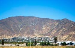 Stadt an der Basis des Berges Lizenzfreies Stockfoto